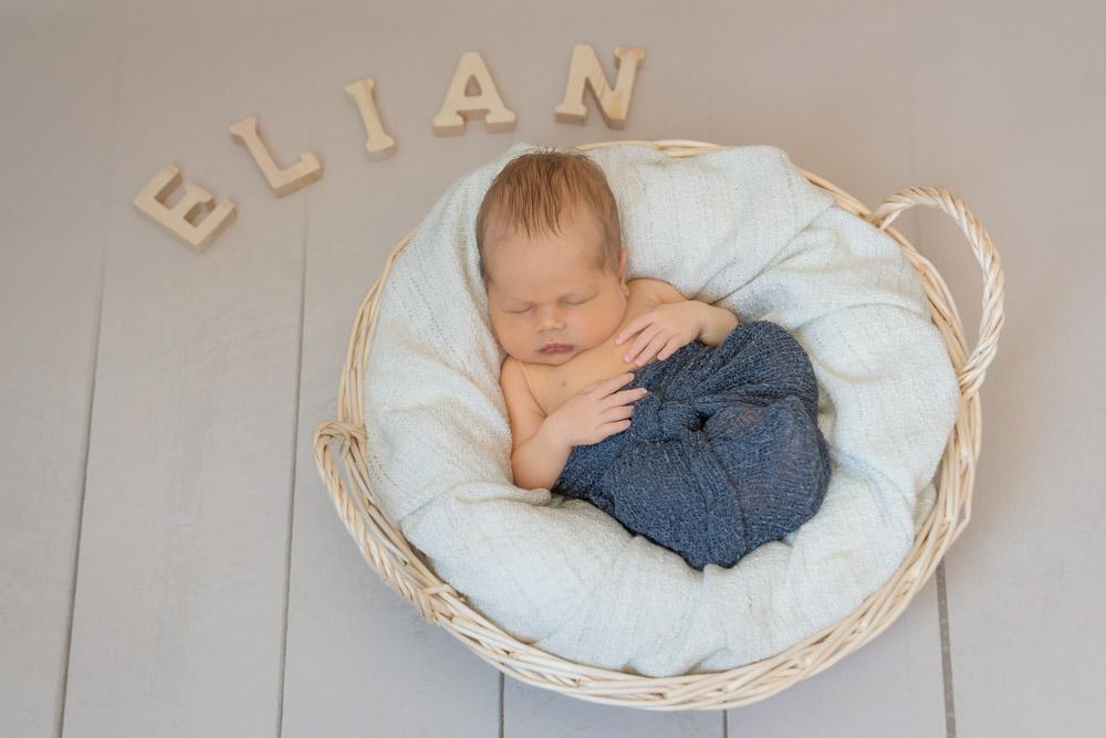 babyshooting-bielefeld-fotograf-paderborn-neugeborenenshooting-zu-hause